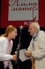 Настю Железняк поздравляет председатель жюри фестиваля