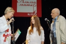 Наталью Корневу награждают Ирина Богушевская и Дмитрий Сухарев